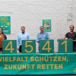 Foto: Die Initiator*innen freuen sich über 45.412 gültige Unterschriften, die der Landeswahlleiterin zum 1. August vorlagen  (v. l. n. r.): Anne Kura, Holger Buschmann, Hanso Janßen, Klaus Ahrens.<<