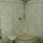 hochwertiges Bad mit kalibrierten Wand- und Bodenfliesen