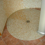 die Besonderheit: der Boden der Rundduschen besteht aus 1240 Mosaikstücken, einzeln verlegt