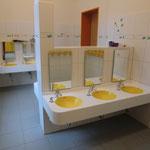 Badezimmer oben, mit farblich passenden Waschtischen in knalligem Gelb