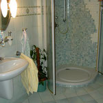 """Kleinmosaik in der Dusche in """"Wasserfalloptik"""""""