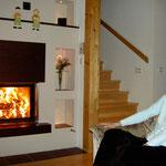 unsere sichtlich zufriedene Kundin geniesst das beruhigende Feuer