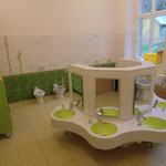 Badezimmer unten, mit Waschtischanlage in leuchtendem Grün