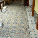 historische Betonfliesen mit Friesarbeiten