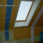geflieste Dachschräge mit farbigen Streifen