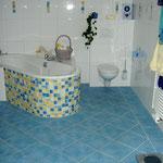 Badewanne eingefliest mit Kleinmosaik der Marke JASBA