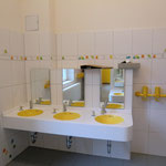 Badezimmer oben, mit farblich passenden Waschtischen