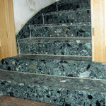 neuer Treppenbelag aus Agglo-Marmor auf einer alten Treppe