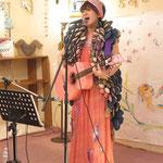 Chamyさんもモデル出演後、ギター1本でソングパフォーマンス。
