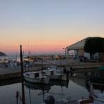 ab zum kleinen Fischereihafen den Sonnenuntergang genießen