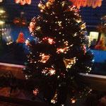 Tannen, Lametta, Kugeln und Lichter Bratapfelduft und frohe Gesichter Freude am Schenken, das Herz wird weit Ich wünsche EUCH: Eine fröhliche Weihnachtszeit!