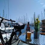 Rad fahren macht durstig, der Blick aus dem Strandkorb