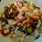 """abends setzte sich die Kreativität erneut durch und ich habe meinen Salat kreativ mit Krebse, Feta, Knobi und anderen Leckereien angerichtet. Ich liebe Regentage und nenne sie einfach """"Kreativitätstage"""" ;-))))"""
