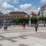 Einkaufscenter auf dem Platz vor der Seebrücke, ich dachte das dies das Grand Hotel war