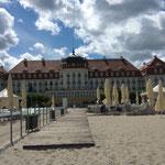 Zum Schluß nochmals einen Blick vom Strand auf das Hotel genommen