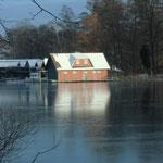 Bootshäuser eingeschlossen im Eis