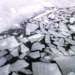 hier ist gerade ein Fischerboot vom Eis befreit worden