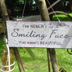 ich habe noch nie ein lächelndes Gesicht gesehnen das nicht schön war.