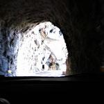 durch einen Tunnel über eine serpentinenreiche Straße dem Abgrund immer ganz nah