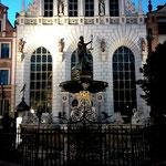 der Artushof hinter dem Neptunbrunnen auf dem Langen Markt
