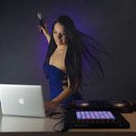 Djane Sängerin Helen mit hochwertigem DJ Equipement und live Gesang. Partystimmung mit bester live Musik und DJane