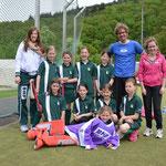 Die Betreuer und Trainer Hanke mit dem siegreichen Mädchen Team