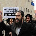Ultraorthodoxe Juden rufen in Israel zum Wahlboykott auf. Ein Teil von ihnen weigert sich, die Gesetze des Staates Israel anzuerkennen, weil sie behaupten, dieser Staat sei nicht durch die Religion legitimiert. Sozialleistungen akzeptieren sie aber meist.