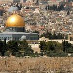 Jerusalem ist das Zentrum des jüdischen Glaubens. Vom zweiten Tempel Salomons steht nur noch die Westseite, die so genannte Klagemauer.