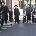 Ultraorthodoxe Juden (hier: in Mea Shearim in Jeruslamen) verweigern sich dem modernen Leben unter Berufung auf die Religion.