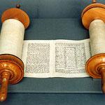 Die Thora ist das Zentrum des jüdischen Glaubens. Ihr fühlen sich alle gläubigen Juden verpflichtet. Weil sie auch die (großteils mythologische) Geschichte des jüdischen Volkes enthält, hat sie eine starke identitätsstiftende Funktion.