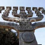 Der siebenarmige Leuchter vor dem israelischen Parlament (Knesset) erinnert an den Tempel Salomons.