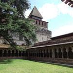 Tour clocher de l'abbatiale vue du cloître