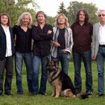 """Bandfoto mit Bandhund. Johnny ist vermutlich der einzige Rock-Hund, über den ein eigenes Buch geschrieben wurde (Tine Römer, """"Was für ein Hundeleben"""", Projekte-Verlag Halle)."""