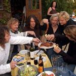 Die Band grillt im Garten von Bernd Römer. Aufs Feuer kommen traditionell nur Bratwürste aus Schorba in Thüringen.