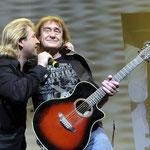 40 Jahre Puhdys. Claudius gratuliert Maschine auf der Bühne der Berliner O2-Arena.