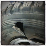 ... im Rahmen einer verlustreichen Transitfahrt. Fünf Reifen kostet uns der Wettlauf mit der Uhr,....