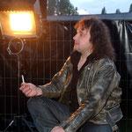 Martin raucht eine Entspannungszigarette, bevor es auf die Bühne geht.