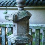 裏は利休が秀吉に燈籠を譲るのを断る為、自ら欠いたと伝えられる
