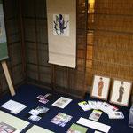 勅使河原蒼雲氏からの掛物と手紙、お弟子さんだった岡本太郎氏の色紙も展示
