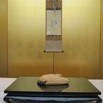 濃茶席待合・清香院筆色紙 木彫巣籠鶴