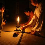手燭の明かりの中での拝見