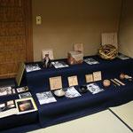弥栄子先生作の焼物、籠、茶杓などのコーナーも 着物デザインもされています