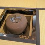 濃茶席炉・初代寒雉造 霰地紋釜、四季七宝蒔絵炉縁