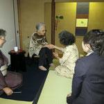 一人ひとり握手される弥栄子先生