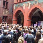 Basel - Elisabeth Ackermann und Eva Herzog, Regierungsrätinnen begrüssen ihre Mitarbeiterinnen beim Frauen*streik.