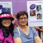 Basel - Annemarie Heiniger frbb und Anita Fetz, Ständerätn, vor der Wäscheleine mit Basler Frauengeschichte