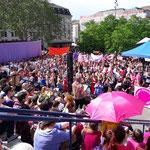 Basel - Unzähliche Frauen auf dem Theaterplatz