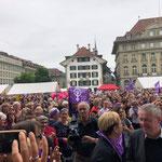 Bern - Tausende warten auf dem Bundesplatz.