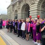 Bern - Extrapause im Nationalrat: Viele Parlamentarierinnen sind mit dabei beim Frauen*streik