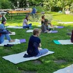 Yogagruppe im Garten